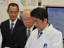 日本首相视察iPS细胞研究所 与山中伸弥交谈